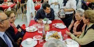 González visita una residencia de mayores en Navidad.