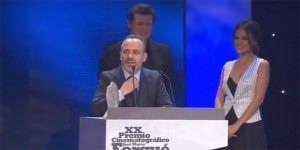 Javier Gutiérrez recoge su premio al mejor actor por 'La isla mínima'.