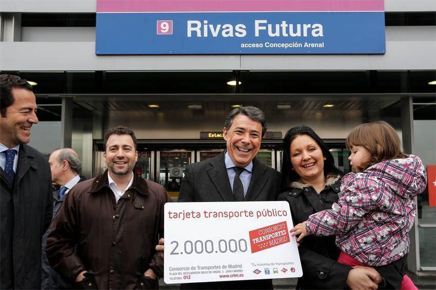 El presidente de la Comunidad de Madrid, Ignacio González, entrega el abono 2 millones a una vecina de Rivas-Vaciamadrid.
