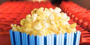 Denuncia contra un cine por no permitir comida y bebida del exterior.