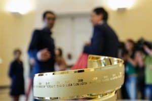 En primer plano, el trofeo del Giro con los nombres de los campeones grabados.