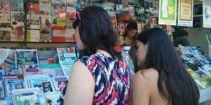 Visitantes en la Feria del libro.
