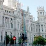 Madrid Orgullo, recibido con una gran bandera ondeando en el Ayuntamiento