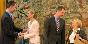 Felipe VI recibe a las nuevas presidenta y alcaldesa de Madrid.