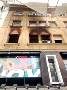 Fachada de la vivienda incendiada en la calle del Carmen.