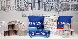 Material de escritorio y otros productos promocionan el Metro de Madrid.