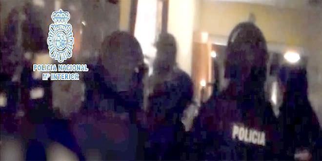 Momento en el que la Policía entra en el domicilio donde se encontraba el hombre secuestrado.