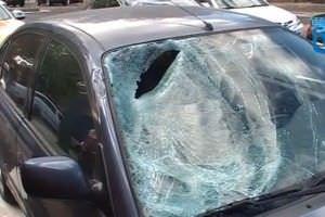 Estado en el que quedó el parabrisas coche que atropelló al joven. Foto: Emergencias Madrid