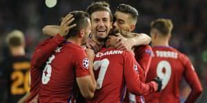 Griezmann es felicitado por sus compañeros al marcar ayer en el partido. Fot: Carlos Bouza