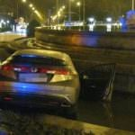 Un vehículo se sumerge en la fuente de Cibeles