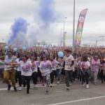 Holi Run, miles de corredores bajo polvos de colores
