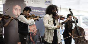 Ara Malikian toca por los refugiados. Foto: Eugenio Rigo