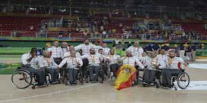 El equipo de baloncesto en silla de ruedas con la medalla de plata