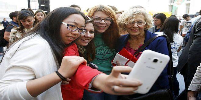 Manuela Carmena haciéndose un selfie con estudiantes extranjeras