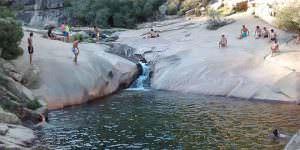 La Charca Verde llena de bañistas en verano de 2015