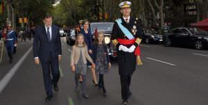 httpEl Rey Felipe VI, Mariano Rajoy, la Reina Letizia, la princesa Leonor y la infanta Sofía en el desfile militar del Día de la Hispanidad. Foto: Cortesía Casa Real