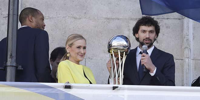 Cristina Cifuentes recibe al Real Madrid de baloncesto tras ganar su quinta Copa del Rey
