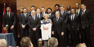 Manuela Carmena recibe al Real Madrid de baloncesto con su quinta Copa del Rey