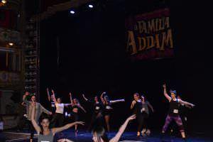Aspirantes interpretando la pieza musical para el 'casting' de 'La familia Addams'. Foto: Sabina Mompó