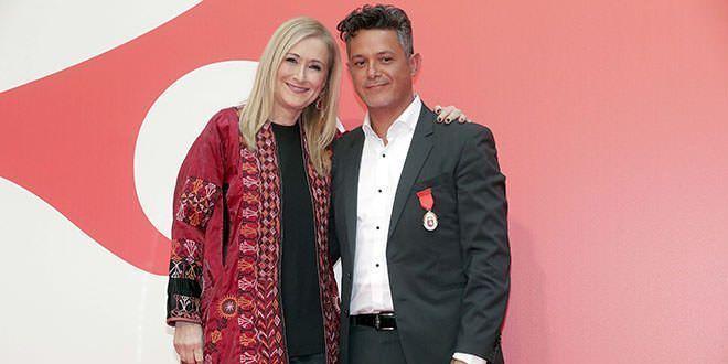 Cristina Cifuentes con Alejandro Sanz en la entrega de medallas del Dos de Mayo. Foto: D.Sinova / Comunidad de Madrid