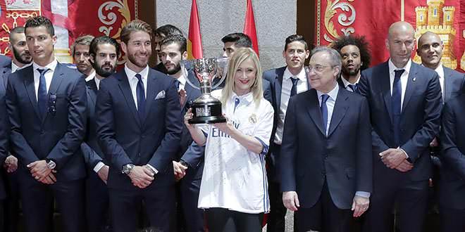 Cristina Cifuentes, con la plantilla del Real Madrid y su 33 trofeo de Liga. Foto: D.Sinova / Comunidad de Madrid