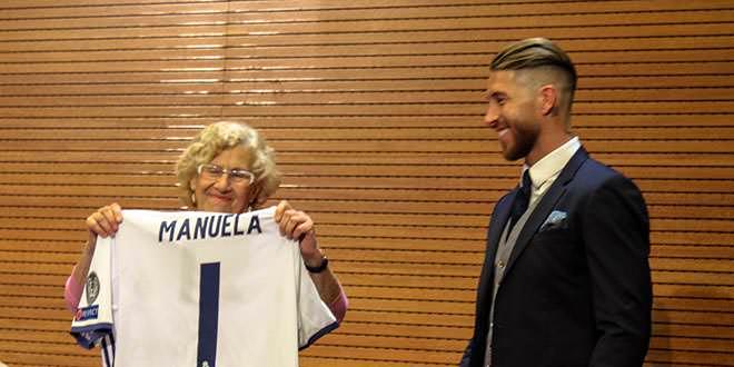 Sergio Ramos entrega una camiseta a Carmena tras ganar la Champions