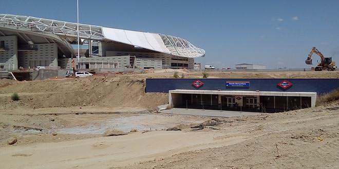 Salida de Estadio Metropolitano junto al campo del Atlético