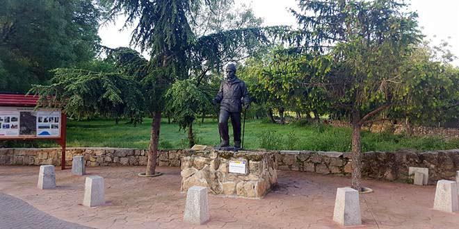 Monumento al senderista en Navalafuente