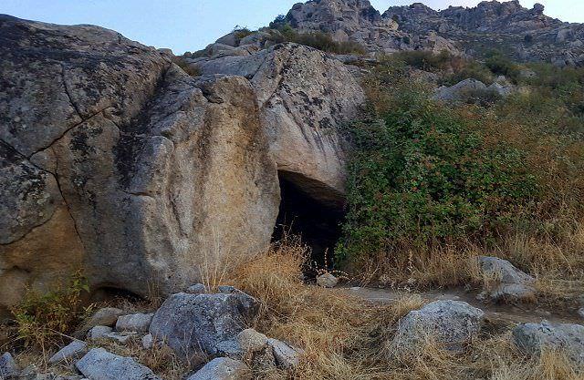 Cueva en la senda de las cabras