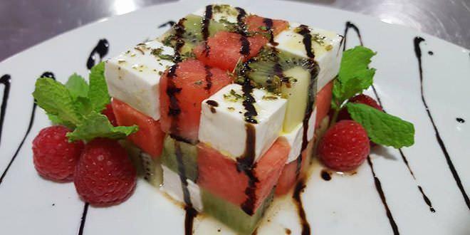 ensalada de mozzarella y frutas