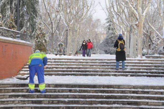 plan emergencias nevadas 2020-2021 operario limpiando