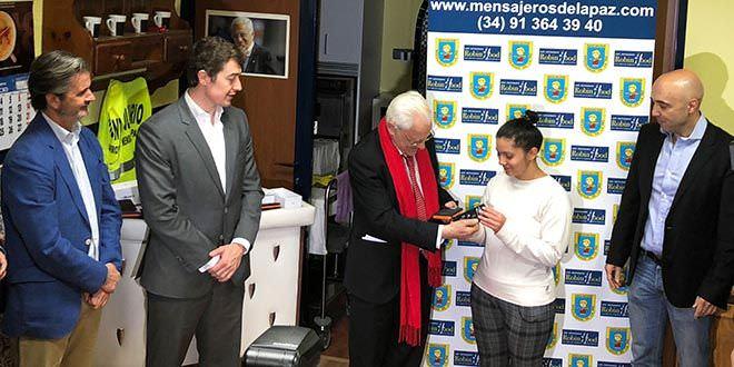 Padre Angel entrega telefonos moviles a personas sin recursos