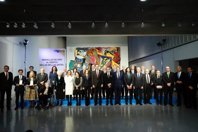 Los Reyes Felipe y Letizia con los galardonados con las Medallas de Oro al Mérito de las Bellas Artes 2016. Foto: Casa Real