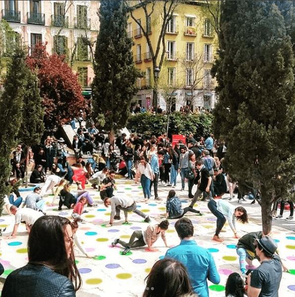 La Plaza Dos de Mayo convertida en un tablero a escala de Twister. Foto vía instagram Pinta Malasaña.