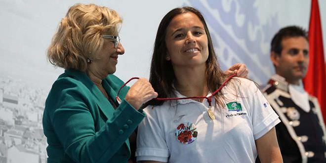Carmena entrega la Medalla de Oro a las jugadoras de hockey del Club de Campo