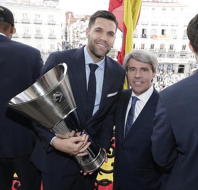Ángel Garrido recibe a los ganadores de la Copa de Europa de baloncesto. Foto. D. Sinova