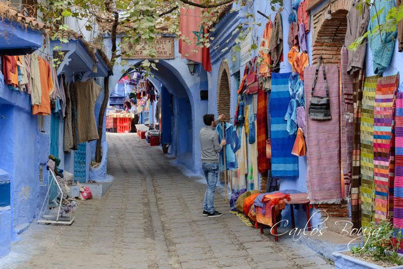 Tiendas y bazares llenos de colores contrastan con el blanco azulado de las casas
