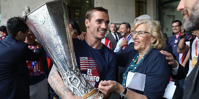 Griezman entrega la copa a Carmena. Atlético de Madrid vencedor Europa League