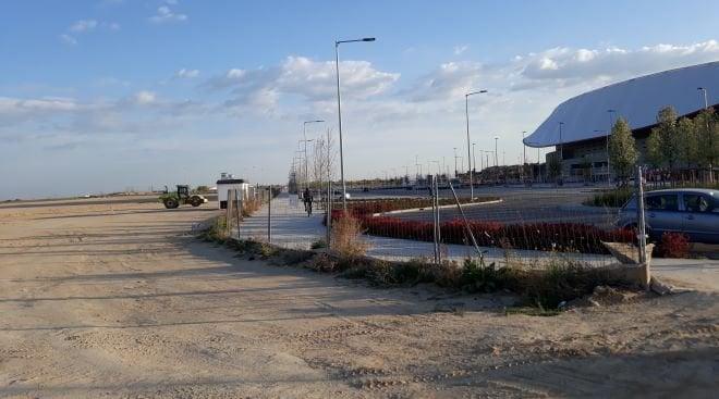 Wanda y terrenos junto aparcamientos traseros