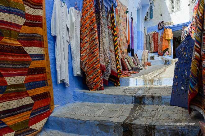 Muestrario de alfombras en las calles de Chefchauen