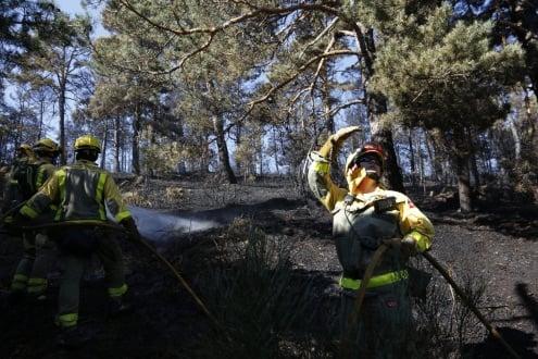 Bomberos apagando el incendio de Guadarrama