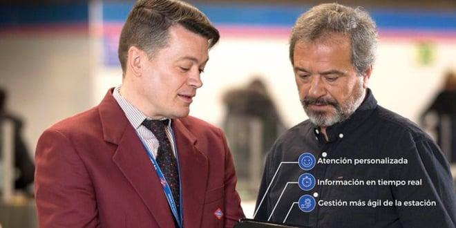 supervisores comerciales con tabletas en metro de madrid para atención al cliente