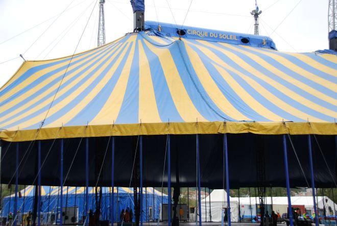 Cirque du soleil carpa azul y amarilla