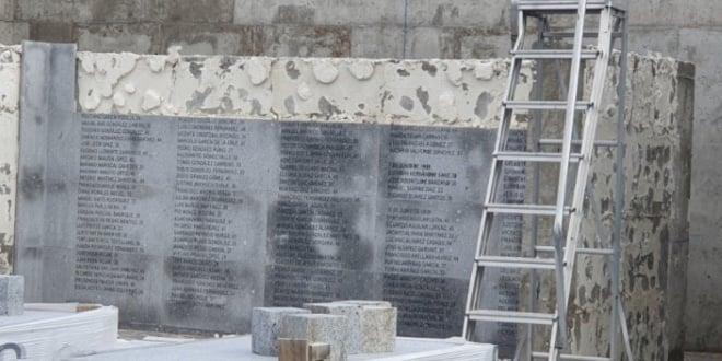 Placas del memorial de La Almudena