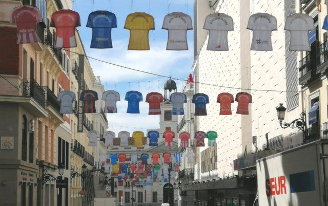 La calle preciados se viste de camisetas