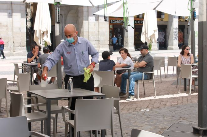 camarero desinfecta terrazas plaza mayor